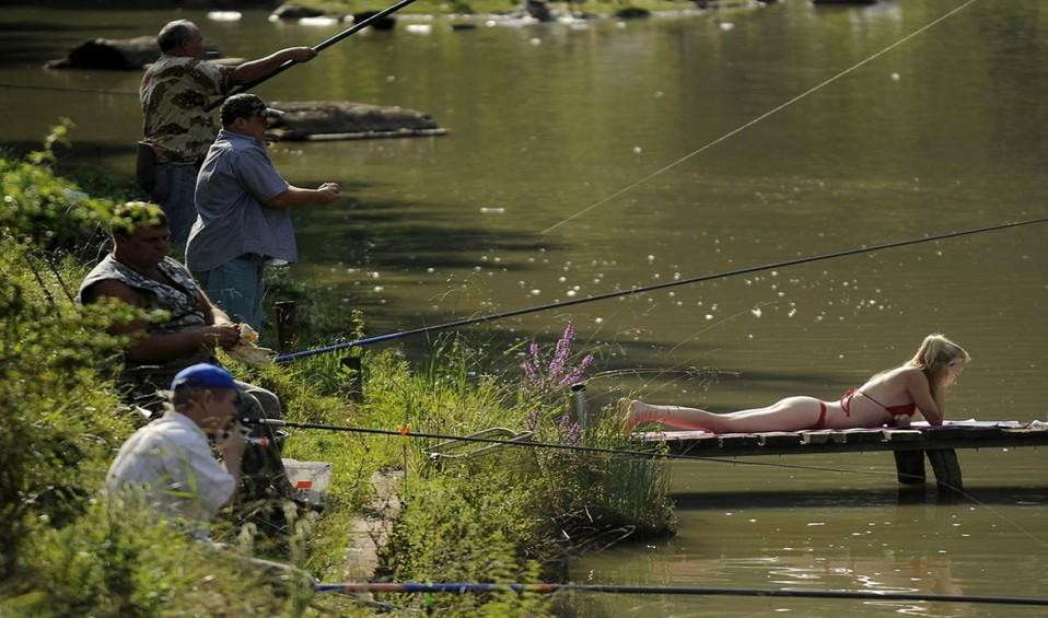 провожает рыбака